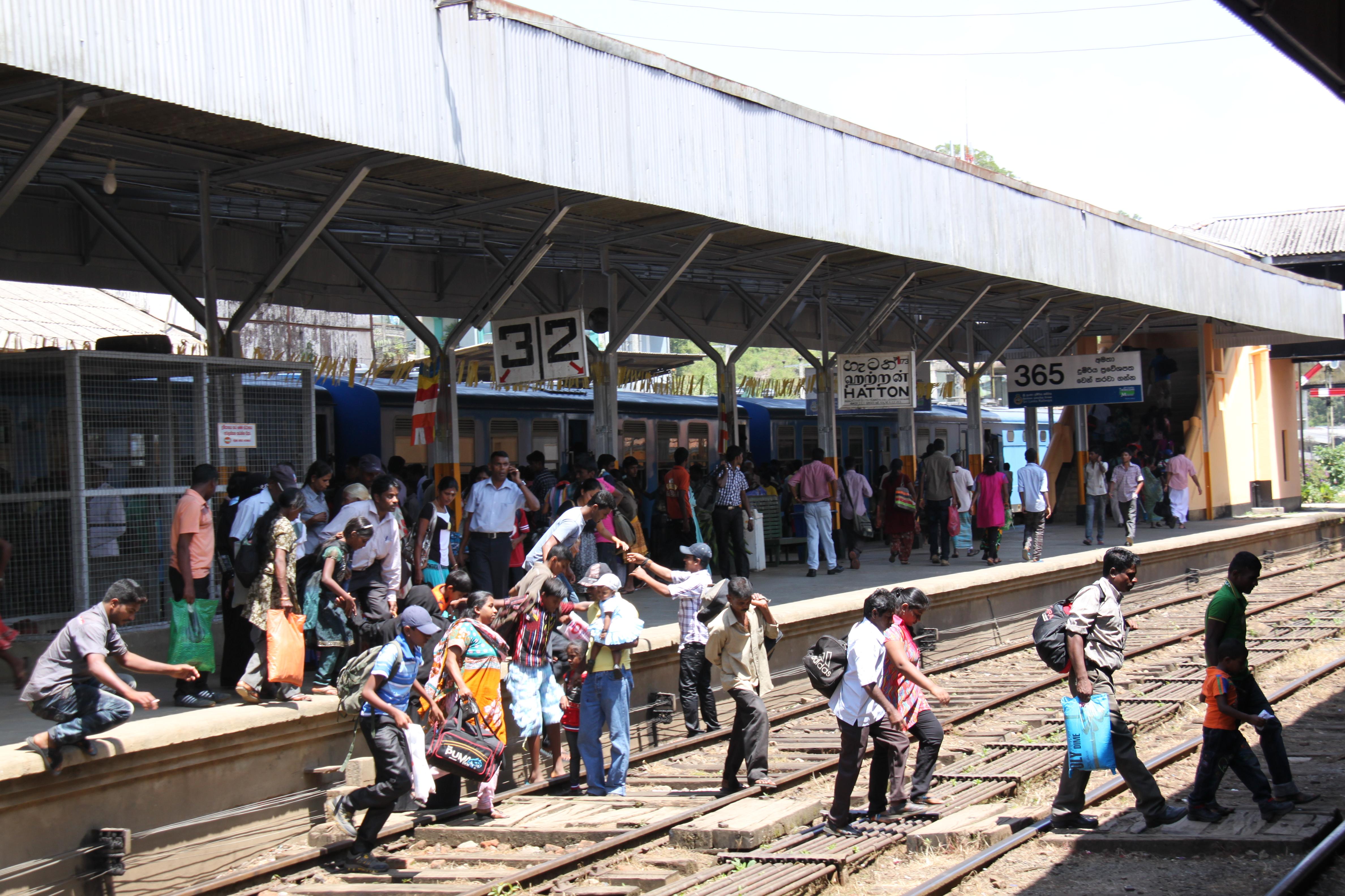 Gare sri lanka, gens sur les voies