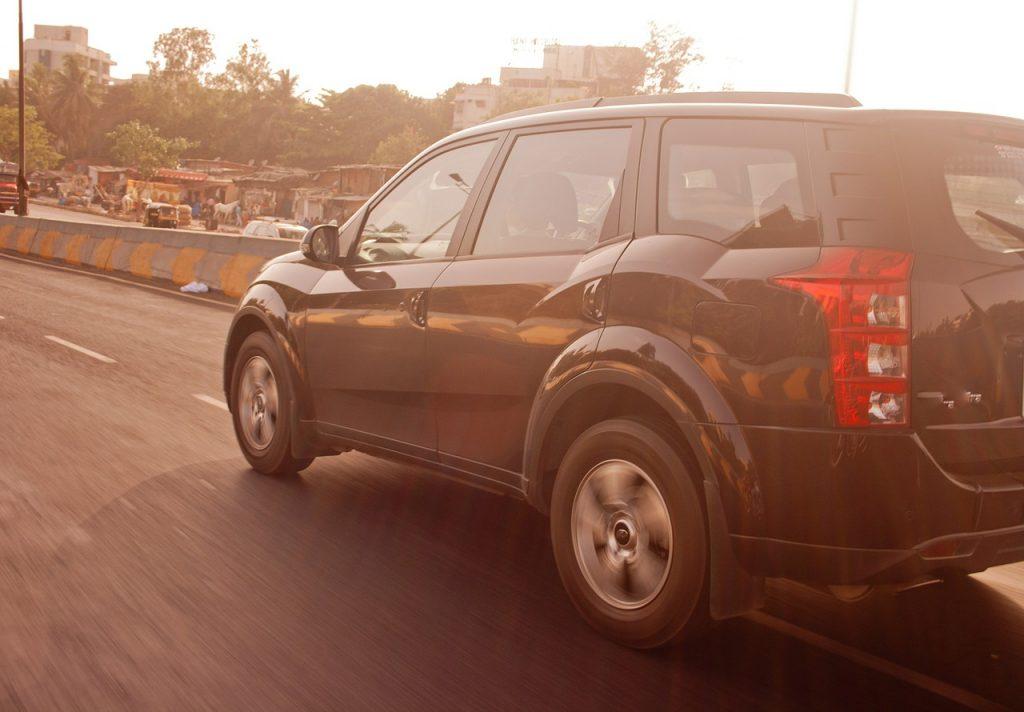 voiture noire route soleil
