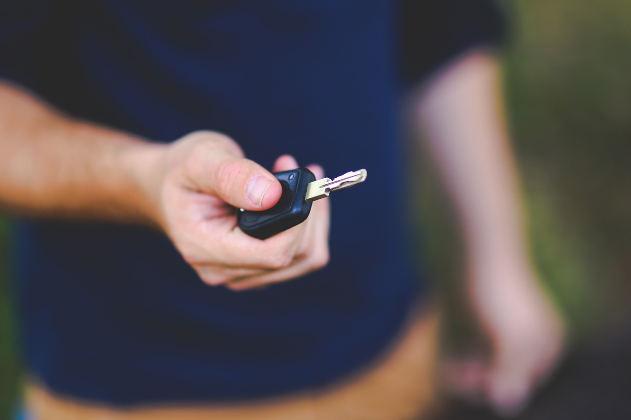 clé de voiture homme main