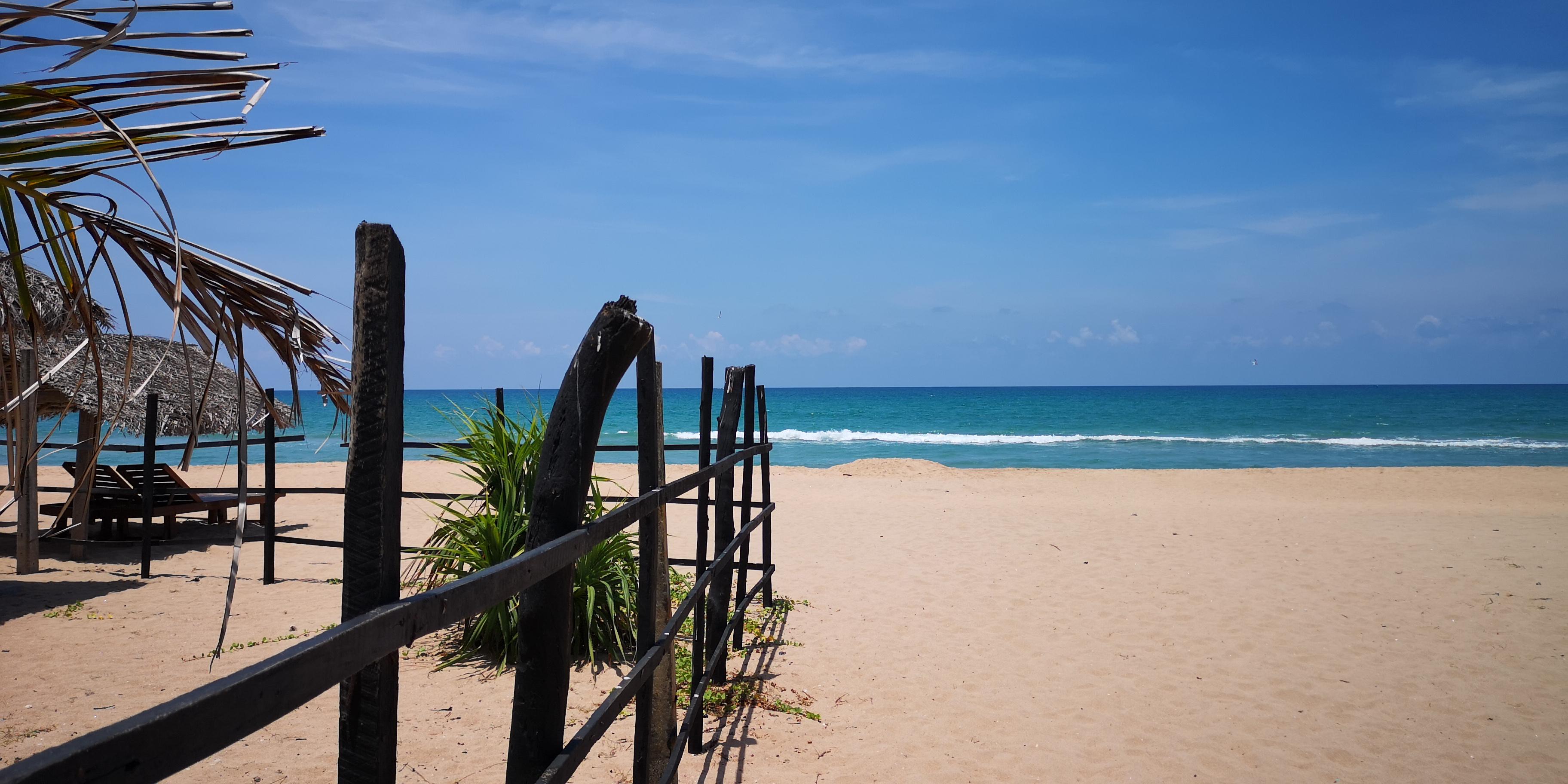 plage sable mer blanc bleu