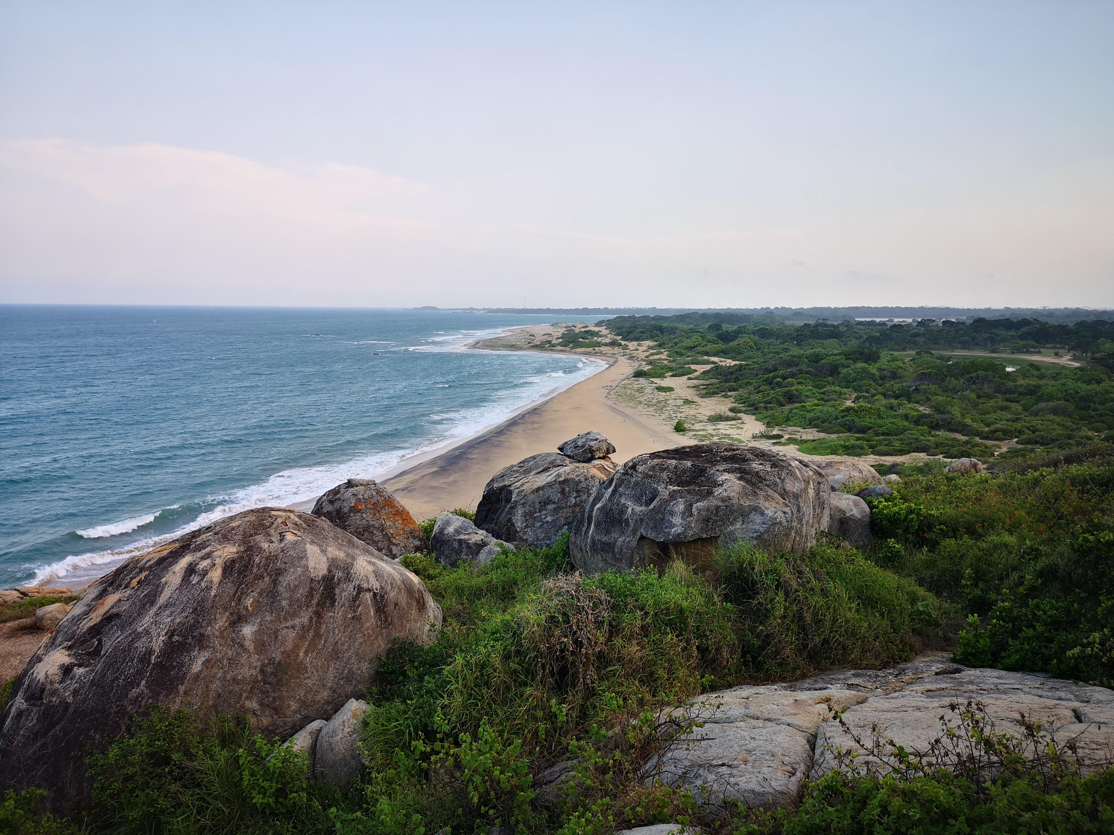 plage terre rochers vagues vert mer océan